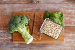 Schließen Sie oben von den Lebensmittelreichen in der Faser auf Holztisch Lizenzfreie Stockfotografie