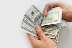 Schließen Sie oben von den männlichen Händen mit Geld Stockbild