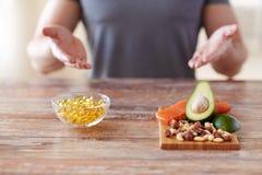 Schließen Sie oben von den männlichen Händen mit Lebensmittelreichen im Protein stockfoto