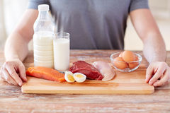 Schließen Sie oben von den männlichen Händen mit Lebensmittelreichen im Protein lizenzfreies stockfoto