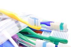 Schließen Sie oben von den mehrfarbigen Zahnbürsten auf weißem Hintergrund Stockbilder