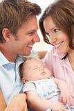 Schließen Sie oben von den Muttergesellschaftn, die neugeborenes Baby an H streicheln Stockfotografie
