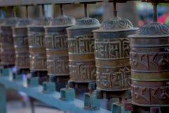 Schließen Sie oben von den nepalesischen religiösen Carvings und von den Gebetsrädern an Swayambhu-Tempel alias der Affe-Tempel h Stockbild