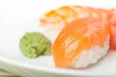 Schließen Sie oben von den nigiri Sushi auf der Platte Stockbild