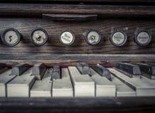 Schließen Sie oben von den Organschlüsseln in einer verlassenen Kirche Stockfotos