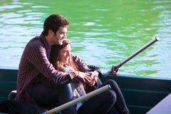 Schließen Sie oben von den Paaren auf kleinem Boot Lizenzfreies Stockbild