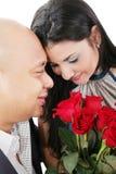 Schließen Sie oben von den Paaren, die einen Blumenstrauß von roten Rosen halten Stockbild