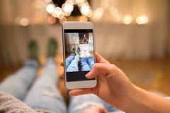 Schließen Sie oben von den Paaren, die Fußfoto durch Smartphone machen lizenzfreie stockbilder