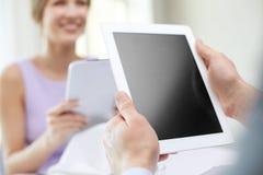 Schließen Sie oben von den Paaren mit Tabletten-PC am Restaurant Stockbilder