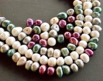 Schließen Sie oben von den Perlen, die auf einem schwarzen Hintergrund Frischwasser sind Stockbild