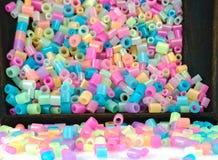 Schließen Sie oben von den Pixelperlen, von den Plastikkörnchen oder von den Plastikperlen Stockbild