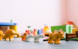 schließen Sie oben von den Plastiktierspielwaren im Raum für Kinder Lizenzfreie Stockfotos