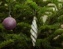 Schließen Sie oben von den purpurroten und grauen Weihnachtsbaumdekorationen Lizenzfreies Stockfoto
