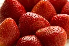 Schließen Sie oben von den reifen Erdbeeren auf weißer Platte. lizenzfreie stockfotografie