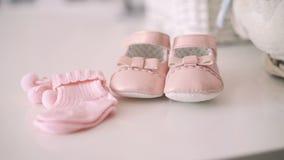 Schließen Sie oben von den rosa Babybeuten 4K stock video footage
