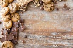 Schließen Sie oben von den Süßigkeiten, von der Schokolade, vom muesli und von den Plätzchen Stockfoto