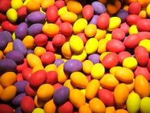 Schließen Sie oben von den Schüsseln, die mit einer großen Auswahl von verschiedenen farbigen weichen Süßigkeiten gefüllt werden Lizenzfreies Stockbild