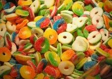 Schließen Sie oben von den Schüsseln, die mit einer großen Auswahl von verschiedenen farbigen weichen Süßigkeiten gefüllt werden Stockfotografie