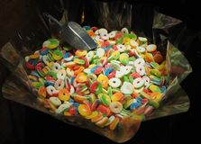Schließen Sie oben von den Schüsseln, die mit einer großen Auswahl von verschiedenen farbigen weichen Süßigkeiten gefüllt werden Lizenzfreie Stockbilder