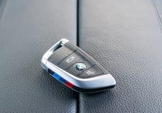 Schließen Sie oben von den Schlüsseln von BMW X5M 2017 im schwarzen ledernen Autoinnenraum, Autoinnenraumdetails Stockfotos