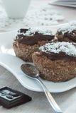 Schließen Sie oben von den Schokoladenkuchen auf einer weißen Platte Stockfotos