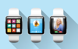 Schließen Sie oben von den schwarzen intelligenten Uhren mit Anwendungen lizenzfreie stockbilder