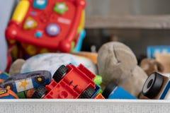 Schließen Sie oben von den Spielwaren, mit vielen verschiedenen Gegenständen einschließlich weiche Spielwaren, Spielautos und Kle lizenzfreies stockbild