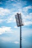 Schließen Sie oben von den Stadionslichtern mit Hintergrund des blauen Himmels Stockfoto