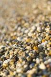 Schließen Sie oben von den Steinen auf Strand Blaues Meer, Himmel u Stockfotos
