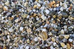 Schließen Sie oben von den Steinen auf Strand Blaues Meer, Himmel u Stockfoto