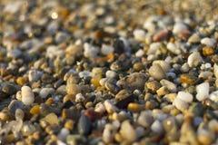 Schließen Sie oben von den Steinen auf Strand Blaues Meer, Himmel u Lizenzfreies Stockfoto