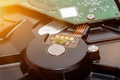 Schließen Sie oben von den Stromkreisen, die auf Festplatten-Technologiecomputerhintergrund-Logikbrett, CPU-Motherboard, Hauptaus Lizenzfreie Stockbilder