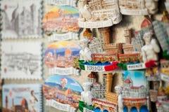 Schließen Sie oben von den touristischen Magnetandenken von Florenz lizenzfreies stockfoto