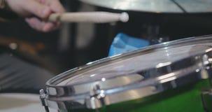 Schließen Sie oben von den Trommelstöcken, welche die Trommel schlagen stock video footage