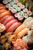 Schließen Sie oben von den verschiedenen Arten von japanischen frischen zugebereiteten Sushi lizenzfreie stockfotos