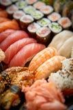 Schließen Sie oben von den verschiedenen Arten von japanischen frischen zugebereiteten Sushi lizenzfreies stockfoto