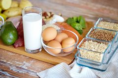 Schließen Sie oben von den verschiedenen Nahrungsmitteln auf Tabelle Stockfotografie