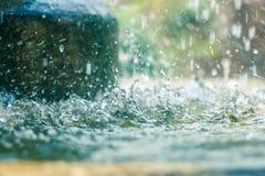 Schließen Sie oben von den Wassertropfen des allgemeinen Brunnens Stockbild