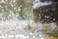 Schließen Sie oben von den Wassertropfen des allgemeinen Brunnens Stockfotos