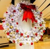 Schließen Sie oben von den weißen Lichtern von Blinker Weihnachten Stockfoto