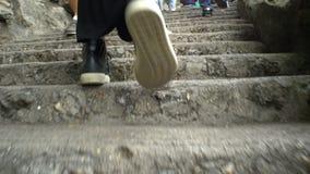 Schließen Sie oben von den weiblichen Beinen, die herauf die Treppe gehen stock video footage