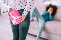 Schließen Sie oben von den weiblichen Händen diese haltene Geschenkbox stockbilder