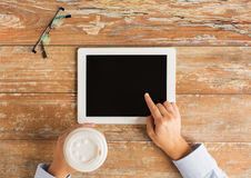 Schließen Sie oben von den weiblichen Händen mit Tabletten-PC und -kaffee Stockfotos