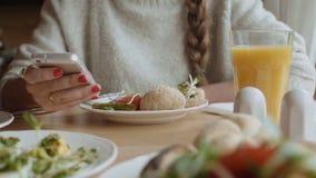 Schließen Sie oben von den weiblichen Händen unter Verwendung des Smartphone zu Hause stock video footage