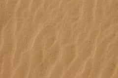 Schließen Sie oben von den Wellenmustern auf dem Sand lizenzfreie stockfotografie