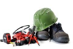 Schließen Sie oben von den Werkzeugen und bearbeiten Sie die Abnutzung für elektrische Installationen, lokalisiert auf weißem Hin stockfotografie