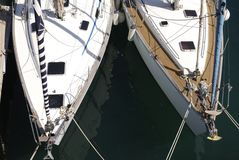 Schließen Sie oben von den Yachtbögen. Barcelona stockbild