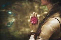 Schließen Sie oben von den Yogafrauenhänden in namaste Geste mit rosafarbener Blume lizenzfreies stockbild