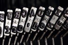 Schließen Sie oben von den Zeichen auf einer alten Schreibmaschine Stockbild