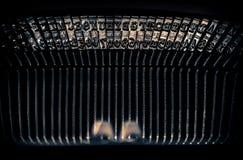 Schließen Sie oben von den Zeichen auf einer alten Schreibmaschine Lizenzfreie Stockfotos